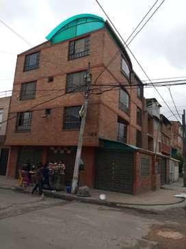 Hermosa casa de 4 pisos esquinera con 3 apartamentos completamente individual, 3 locales y garaje, todos para rentar.