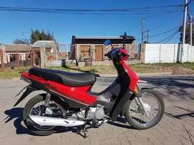 La moto tiene 560km, está impecable.
