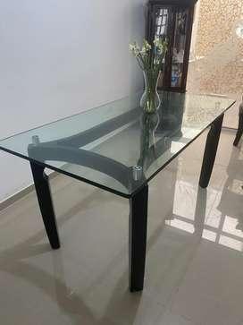 Se vende mesa de comedor con vidrio, para 6 puestos