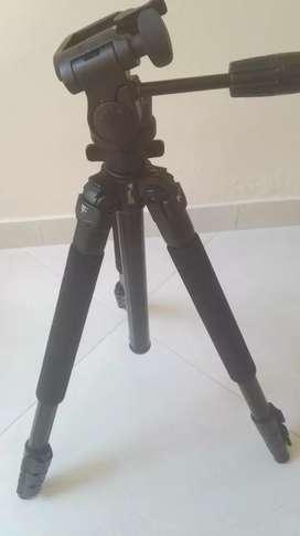 Trípode para cámara profesional. Marca Weifeng.