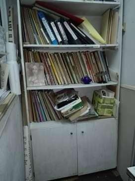 Biblioteca de formica blanca con puertas de bajo