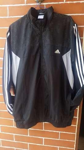 Calentador completo para trotar negro Adidas para hombre talla M,  bordado la palabra Ecuador en la espalda.