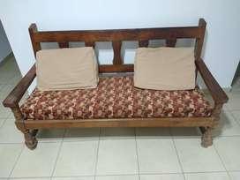 vendo sillon de madera  con 4 almohadones de regalo