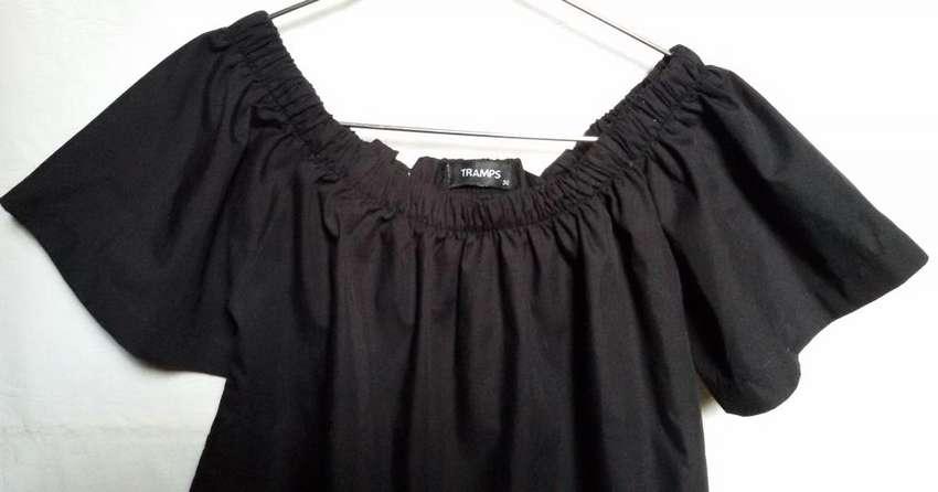 Blusa negra elástico en hombros 0