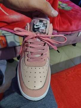 Se venden Nike for one originales y nuevas para dama talla 37