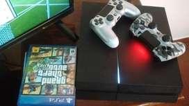 PS4 con dos manos y 3 juegos físicos.