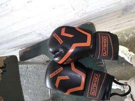 Saco de boxeo y guantes parcticamente nuevos