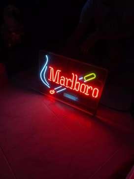 Aviso en neon de Marlboro