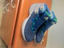 Vendo tennis para basquetball marca Adidas sin uso.
