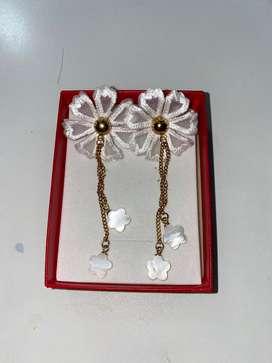 Aretes largos de flor blanca