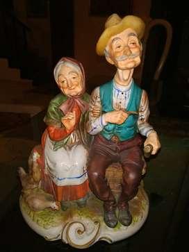 Porcelana pareja de viejitos. Capodimonte