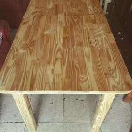 Sillas y mesas de pino