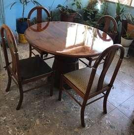 Comedor usado fabricado en madera fina y poliuretano de cuatro puestos en buen estado color miel tabaco