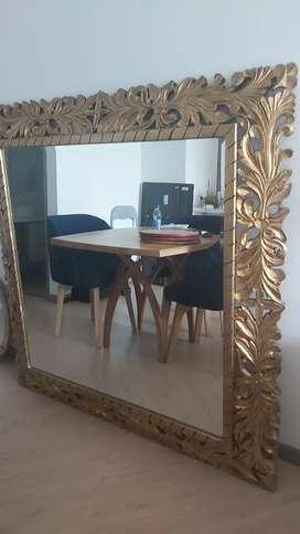 Hermoso espejo y artículos decorativos