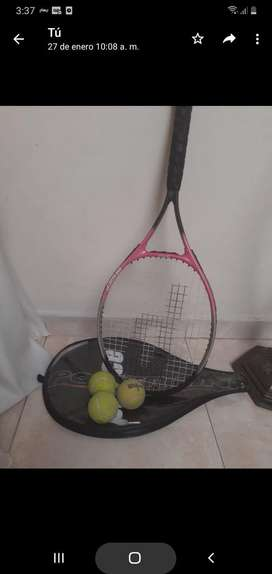 Raqueta de tenis con pelotas