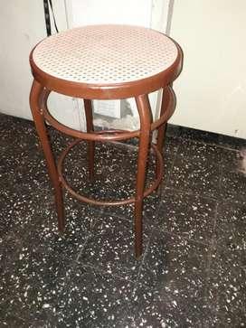 Taburete de caño pintado y asiento de esterilla plastica
