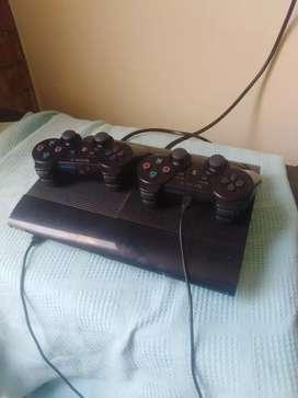 Play station 3 con sus dos controles y juegos incorporados