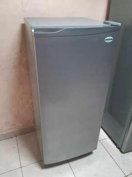 Nevera Challenger convencional más cocina de gabinete