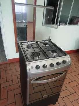Vendo hermosa estufa marca Haceb con gratinador tapa  vidrio encendido eléctrico en los cuatro fogones el horno tieneluz