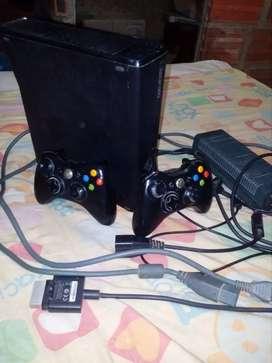 Se vende Xbox 360 con dos controles lee discos piratas con 35 Gbytes 50 juegos y cargadores de controles