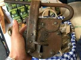 Antiguo candado en hierro grande