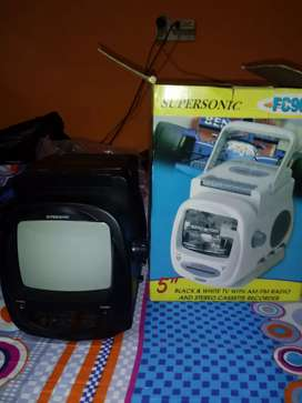 Mini TV blanco y negro. .