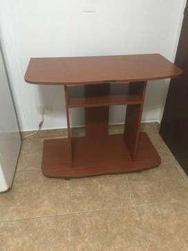 Mesa TV/lcd madera color caoba c/ruedas y estante.