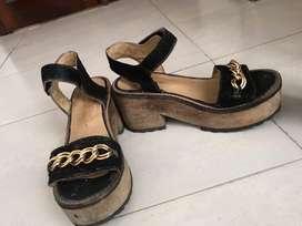 Vendo zapatos taco bajo, negros con cadena dorada,  usados talle 40