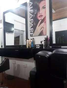 Se solicita manicurista con conocimientos en peluquería
