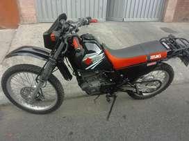 Se Vende o se permuta por twingo Motocicleta Suzuki Dr 200 2012