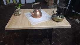 Mesa antigua echa con pie de máquina de coser
