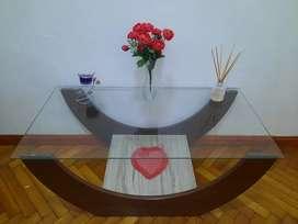 Mesa de cristal Ratona con florero y flores de regalo