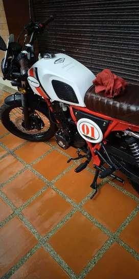 Moto Daytona 180 cc café racer blanca