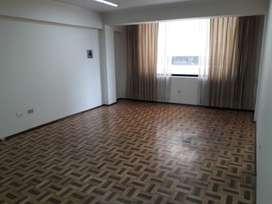 H/ Av de los Shyris! Arriendo oficina de 76 m² 452 USD incluye alícuota y agua.