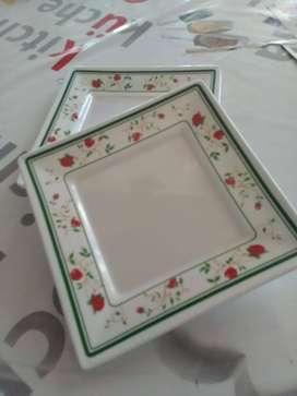 Dos Platos cuadrados melamina con guardas 21 x 21 cm.
