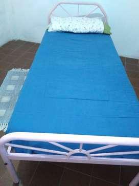 Cama de caño muy buenas condiciones con colchón y almohada