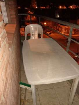 Mesa y 4 sillas plásticas de jardín o balcón