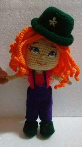 Muñeca tejida al crochet amigurumi