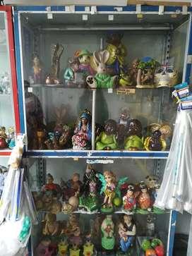 Se vende cerámicas pintadas  y vitrinas