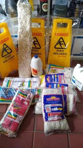 Traperos y mopas industrisles, señales de precaución y más productos para aseo.