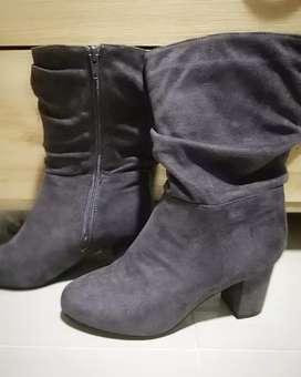 Se venden botas color gris