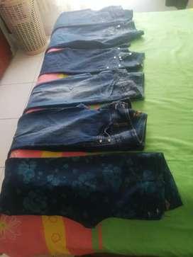 Vendo de Segunda en buen estado jeans para damas tallas 12 y 14 color azules