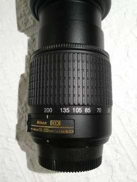 Objetivo 55-200 mm con su funda.NIKON