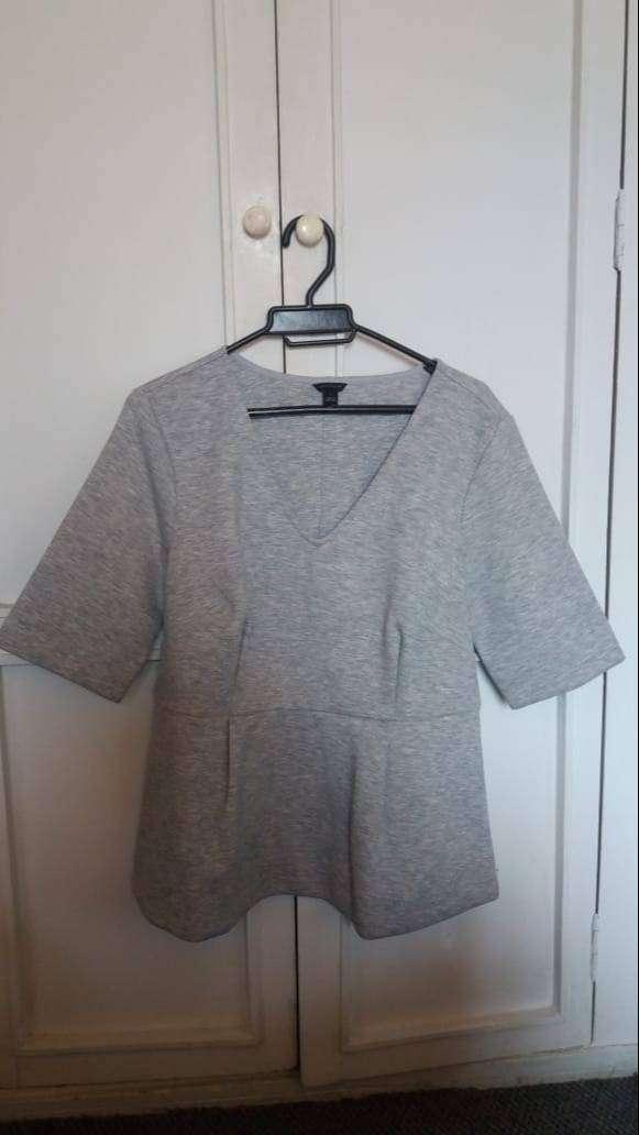 Blusa gris para dama cuello en V talla L marca Ann Taylor
