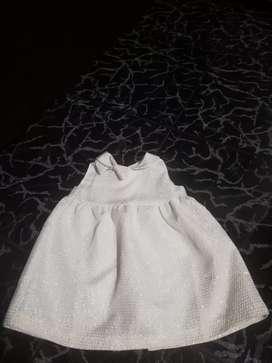 Vestido blanco con detalles dorados