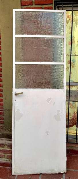 Puerta de hierro con vidrio