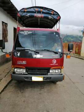 Camioneta Chevrolet NKR de estacas