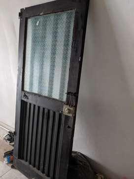 4 puertas metálicas y ventana