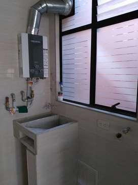 Apartamento con acabados cocina integral. Dos habitaciones una con coset. Baños con divisiones. Ascensor. Calentador