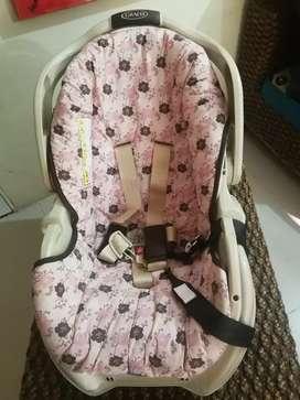 2 sillas de seguridad para bebés.